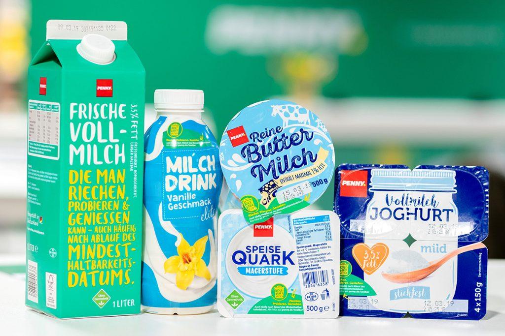 Milchprodukte mit plakativer Erklärung des Mindesthaltbarkeitsdatums.