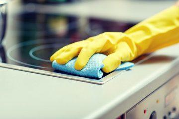Reinigung von Arbeitsflächen in der Küche zu Hause