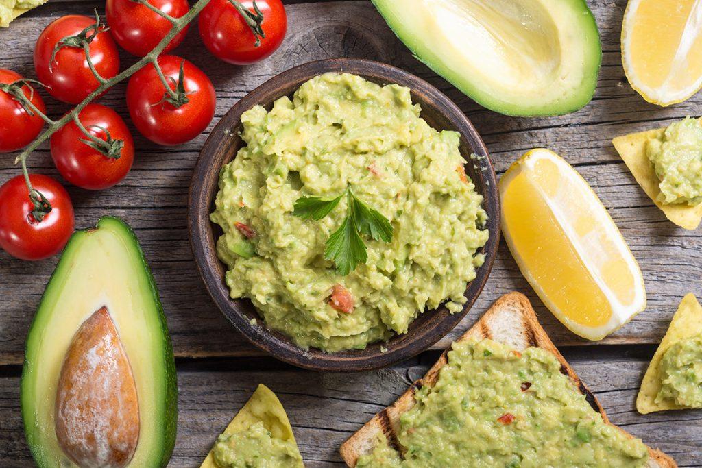 In Guacamole verhindert das Vitamin C aus der Zitrone das Braunwerden der Avocado.
