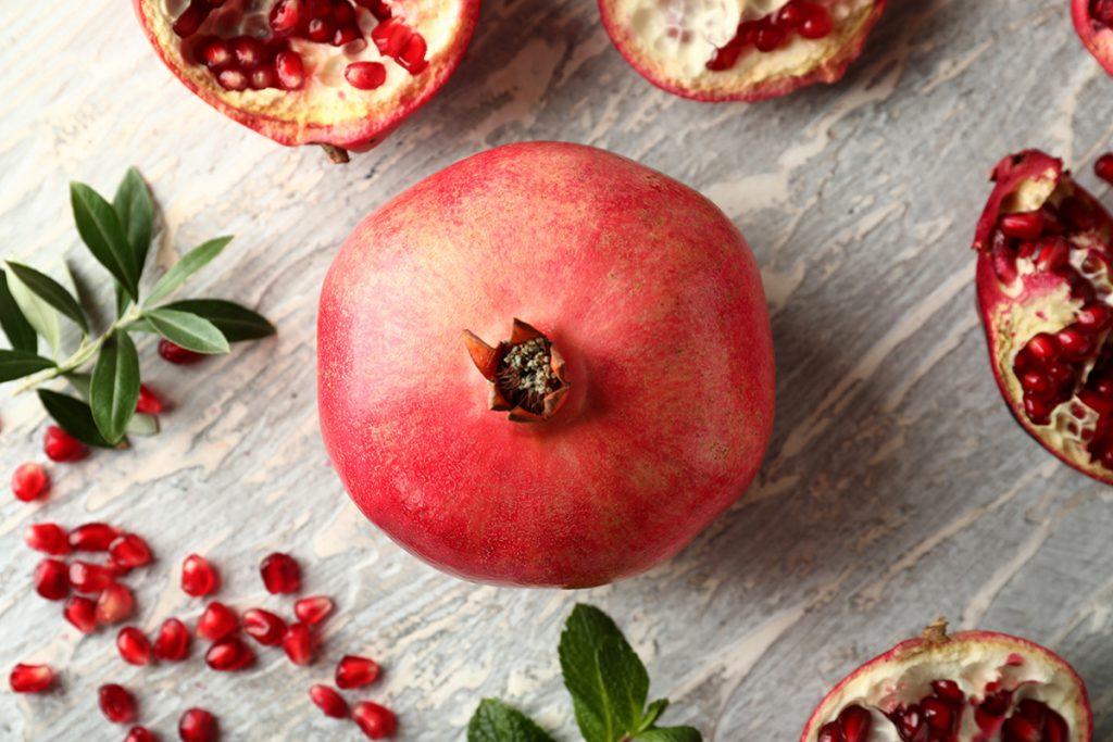 Granatapfel ganz und geschnitten