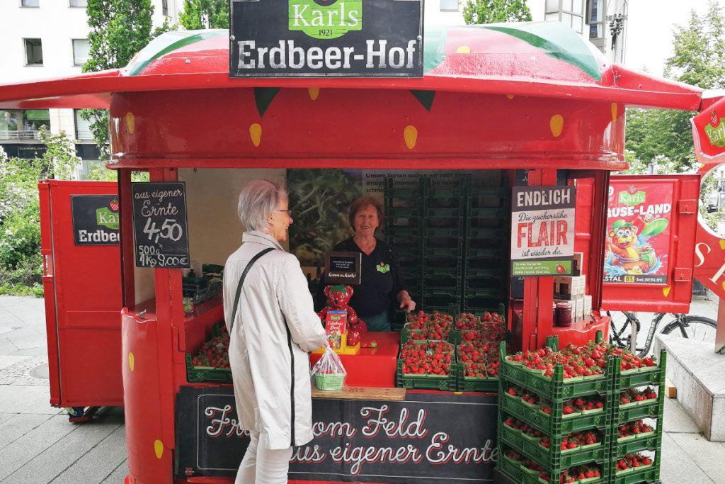 """Verkaufsstand unter dem Label """"Karls Erdbeerhof"""""""