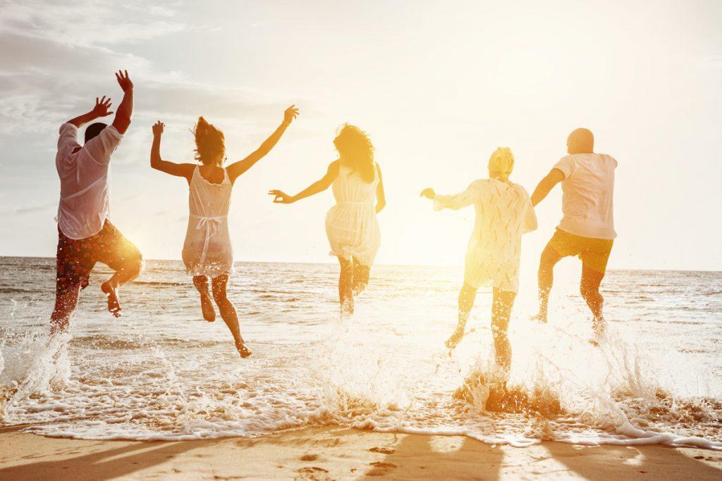 Freunde beim Baden am Strand