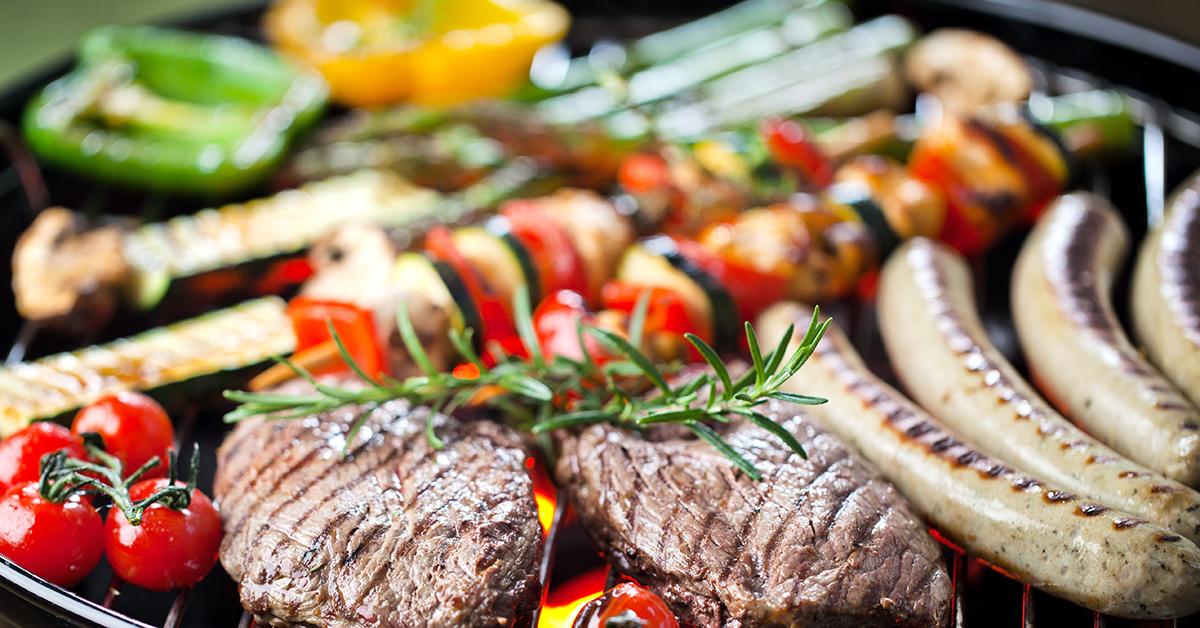 Tierische und pflanzliche Lebensmittel auf dem Grill.