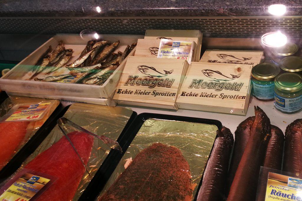 Kieler Sprotten in der Auslage eines Fischladens