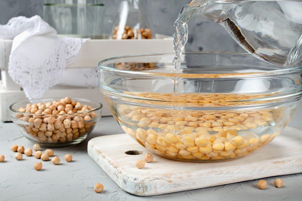Für Hummus müssen Kichererbsen eingeweicht werden