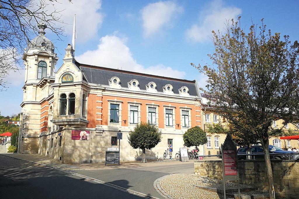Sie liegt mitten im Herzen des nördlichsten deutschen Weinanbaugebiets Saale-Unstrut: Die historische Sektkellerei von Rotkäppchen in Freyburg.