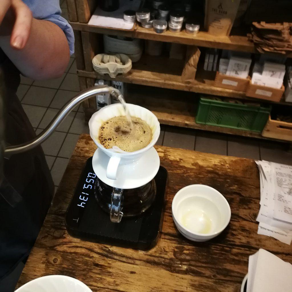 Aufgießen des Kaffees