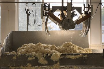 Der Greifer holt das fertig fermentierte Sauerkraut aus den Silos