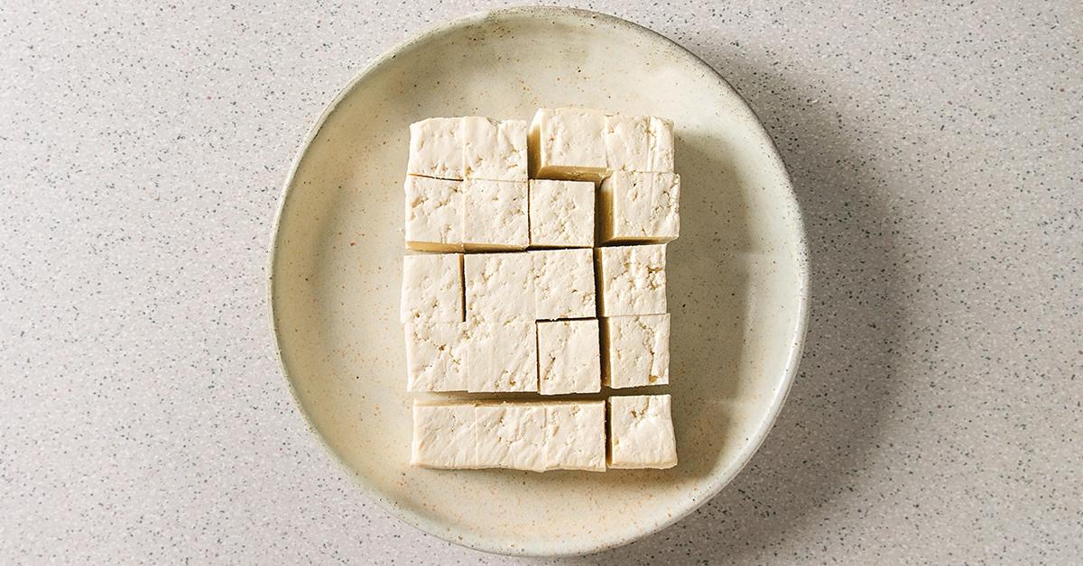 Tofuwürfel auf einem Keramikteller
