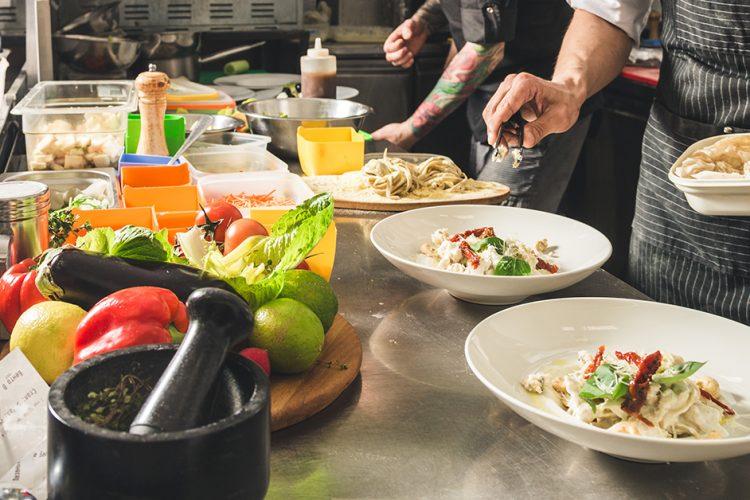 Vom Acker bis zum Teller: 12 Prozent aller Erwerbstätigen in Deutschland arbeiten in der Lebensmittelbranche