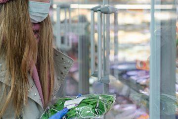 Frau beim Lebensmitteleinkauf in Corona-Zeiten