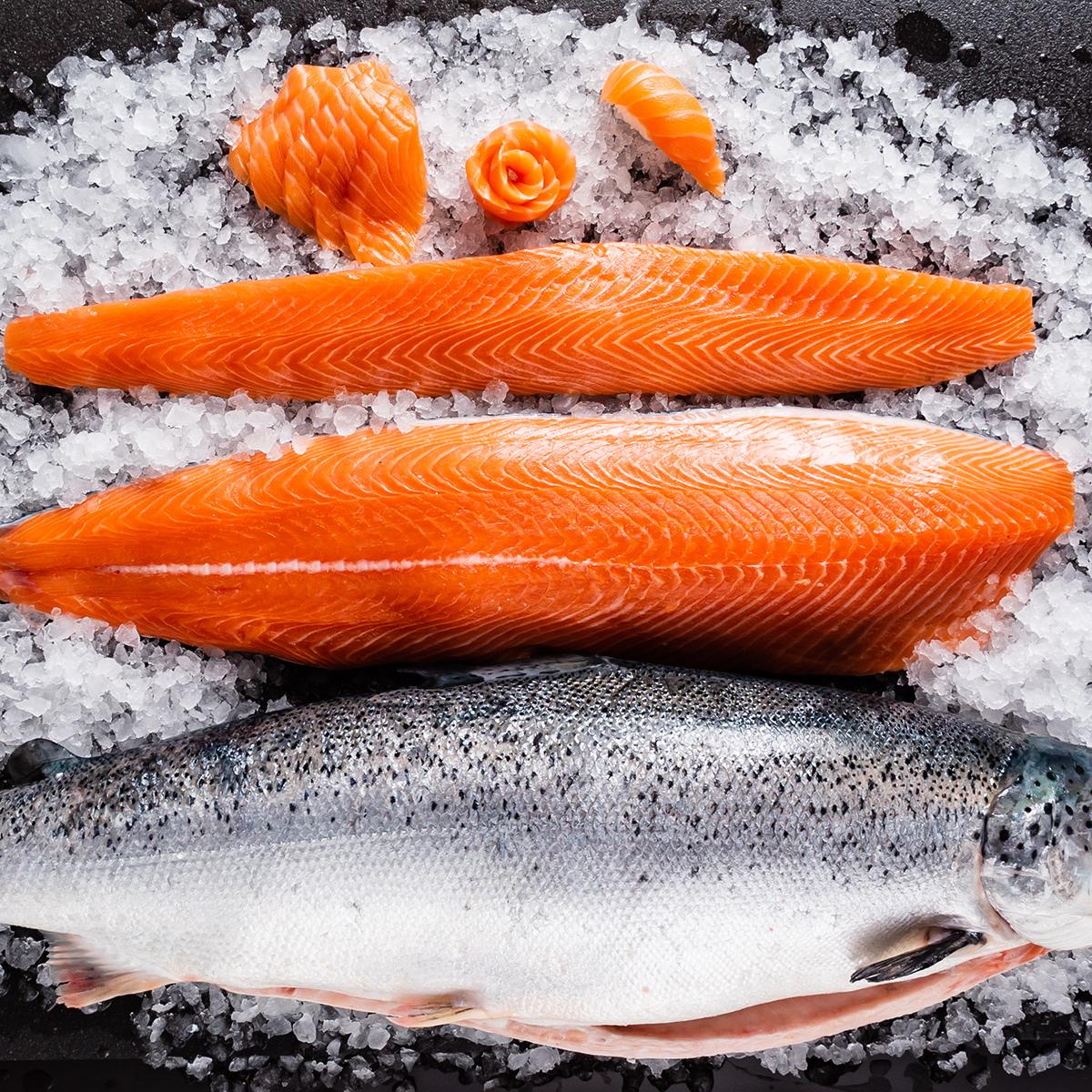 frischer Lachs auf Eis