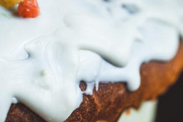 Kuchen mit weißem Überzug mit Vanillegeschmack