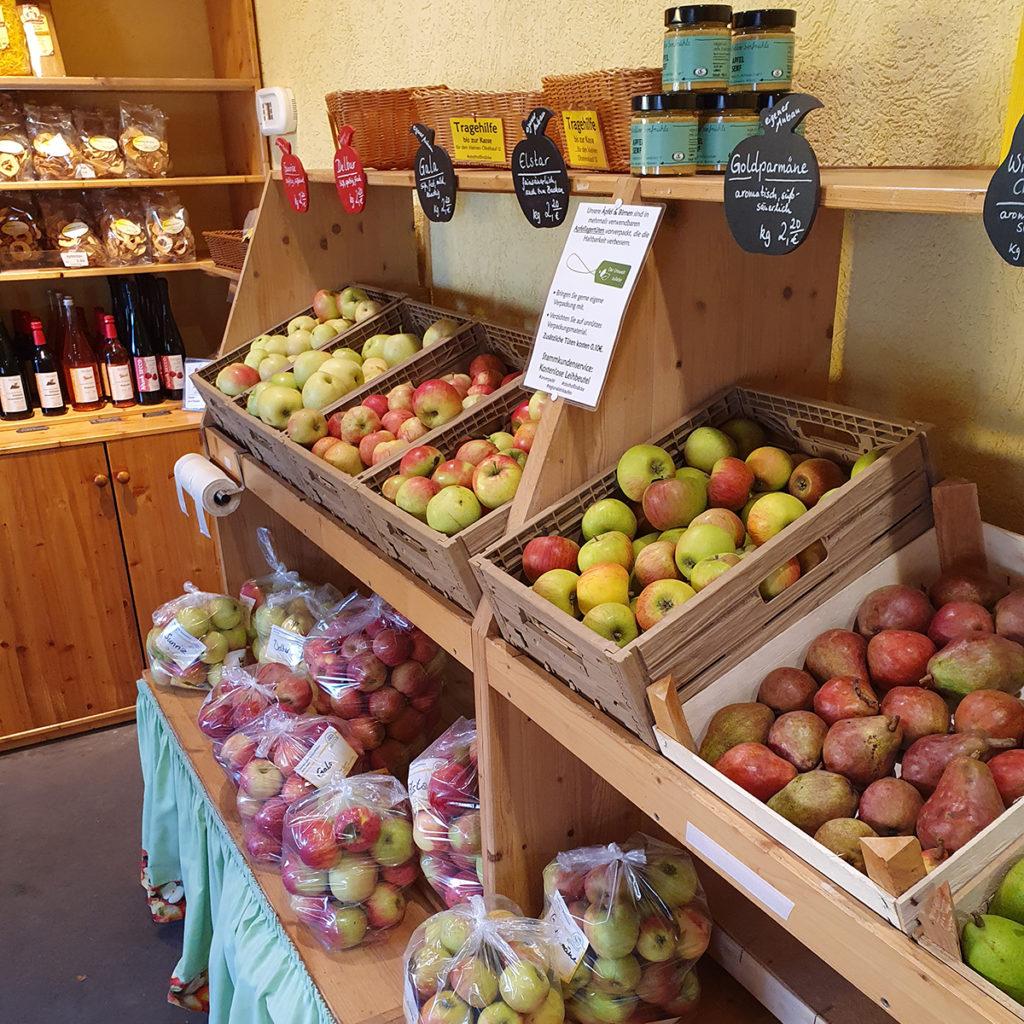 Verschiedene Apfelsorten im Hofladen des Obsthofes Lindicke.