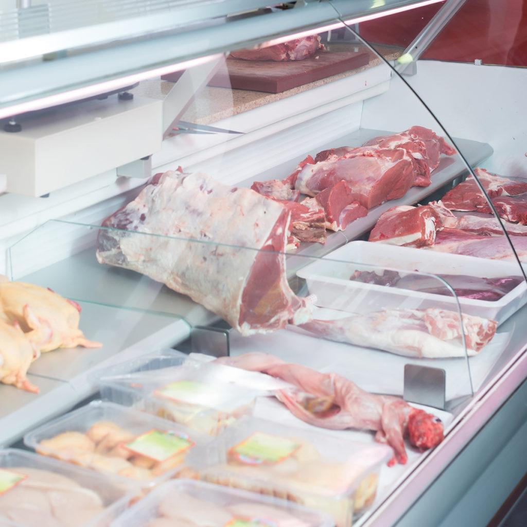 Fleischtheke in einer Halal-Metzgerei