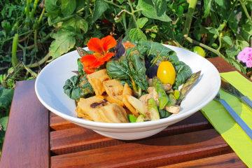 Dosenravioli zubereitet mit grünem Spargel, Kräuterseitling und Salat