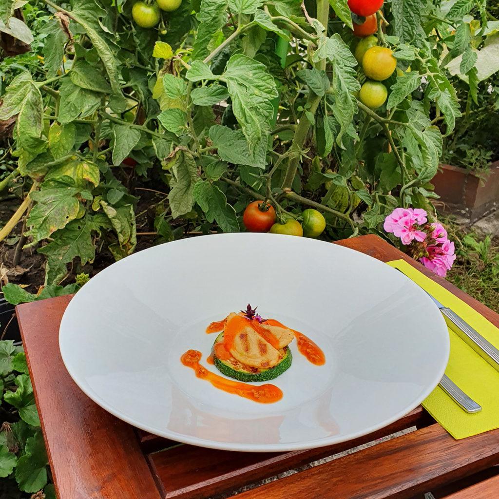 Ravioli pikant (Cappelletti) auf Zucchini.