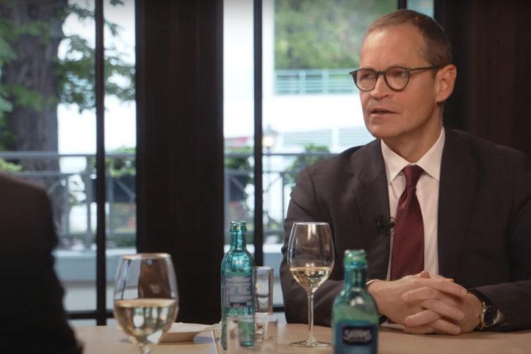 """Coronakrise und mehr: Wie arbeiten Wissenschaft und Politik zusammen? – Berlins Bürgermeister Michael Müller und Virologe Schmidt-Chanasit im """"Küchenkabinett"""""""