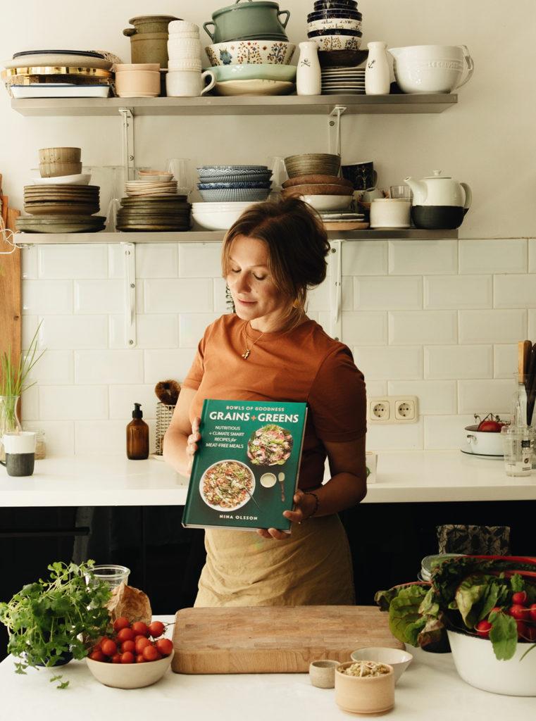 """Vier Kochbücher hat Nina Olsson inzwischen veröffentlicht, darunter das vegetarische Bowl-Kochbuch """"Grains + Greens""""."""