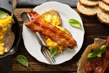 Frühstück mit Rührei und Bacon