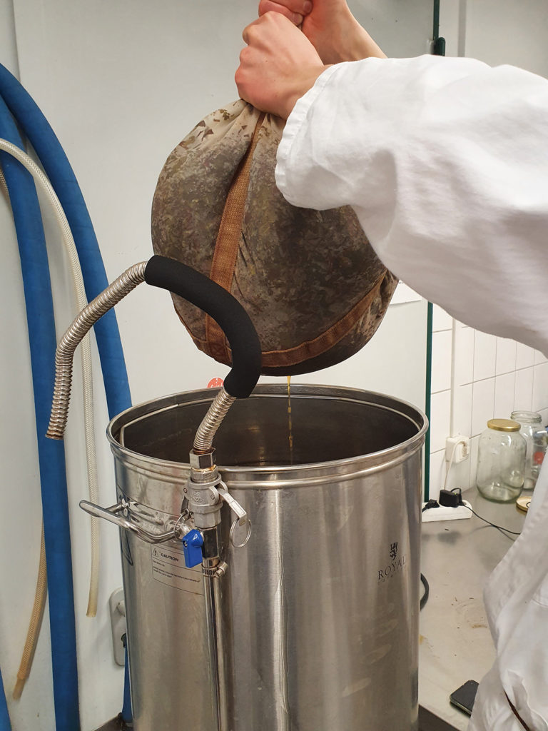 Riesiger Teebeutel bei Kombucha-Herstellung