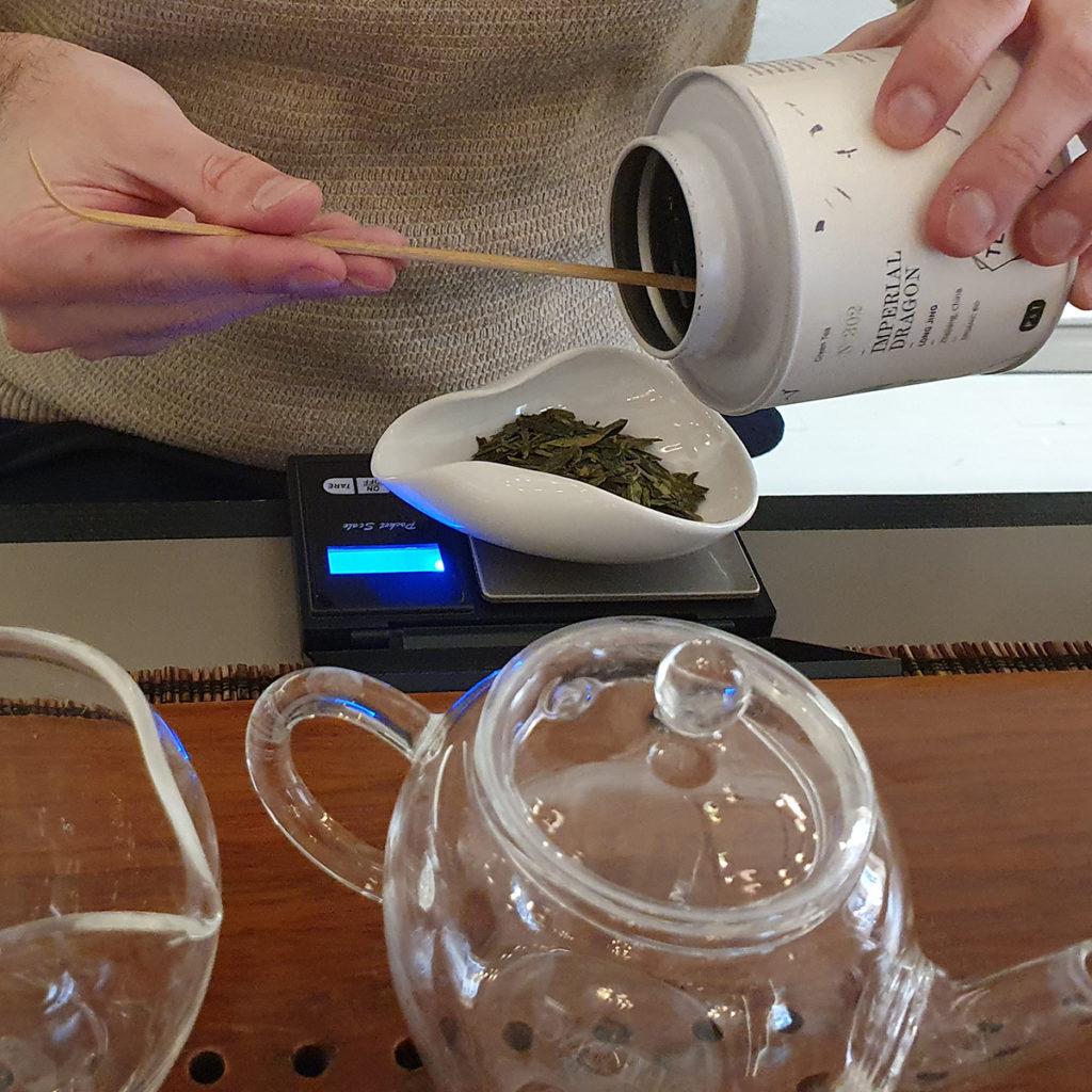 Abwiegen der Teeblätter