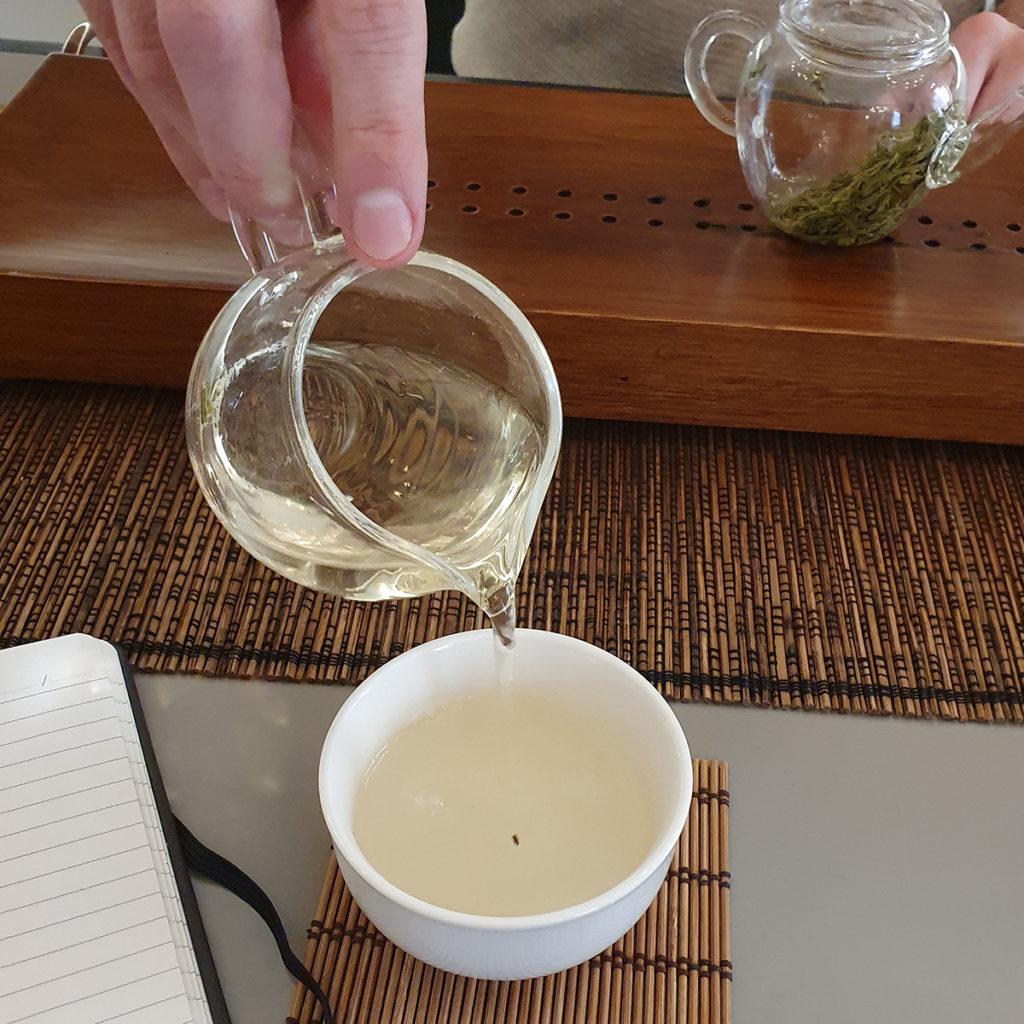 Aufgießen des Tees