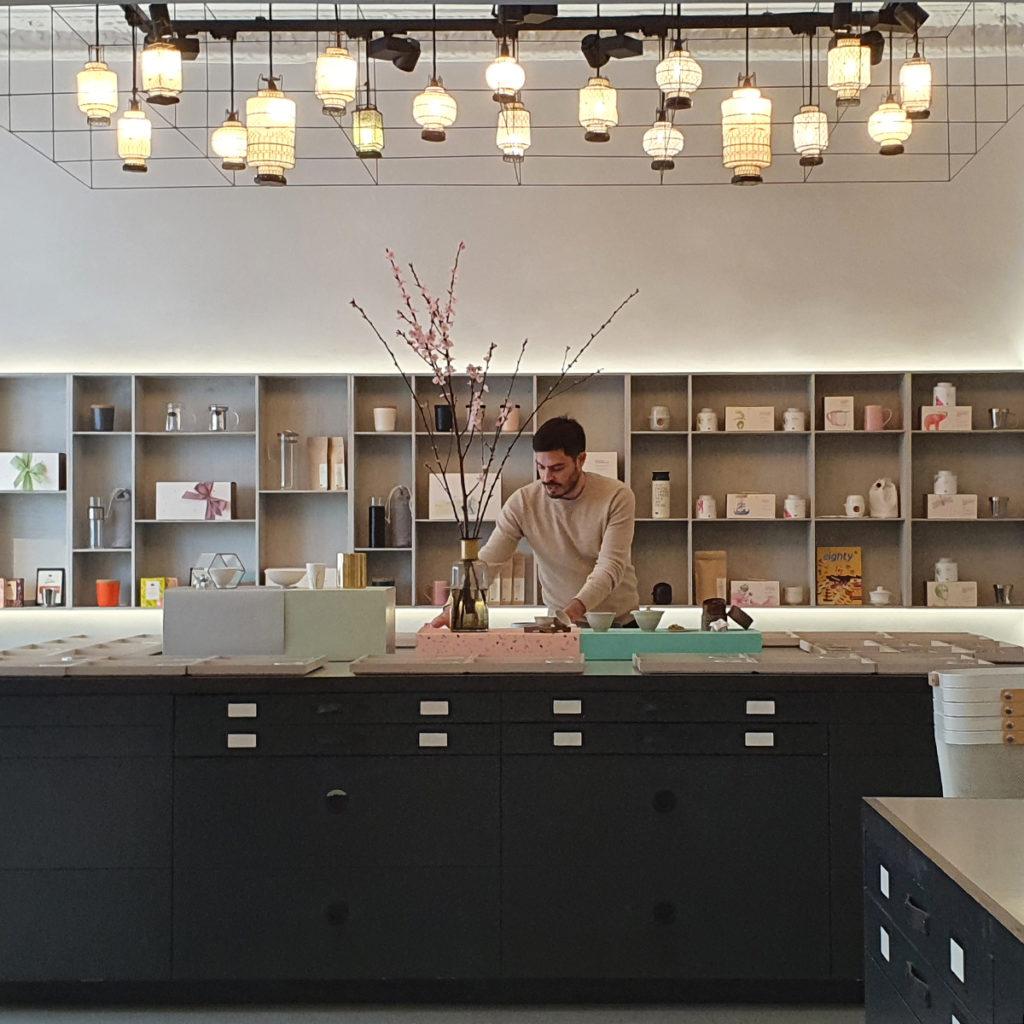 Teeexperte Eduardo Molina im paper & tea in Berlin