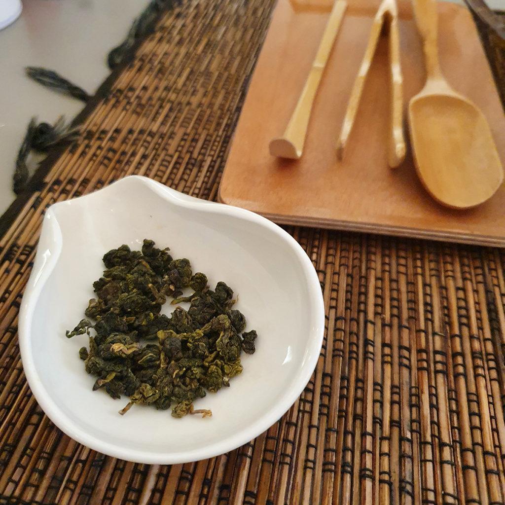 Oolong-Blätter sind zu Kügelchen zusammengerollt.