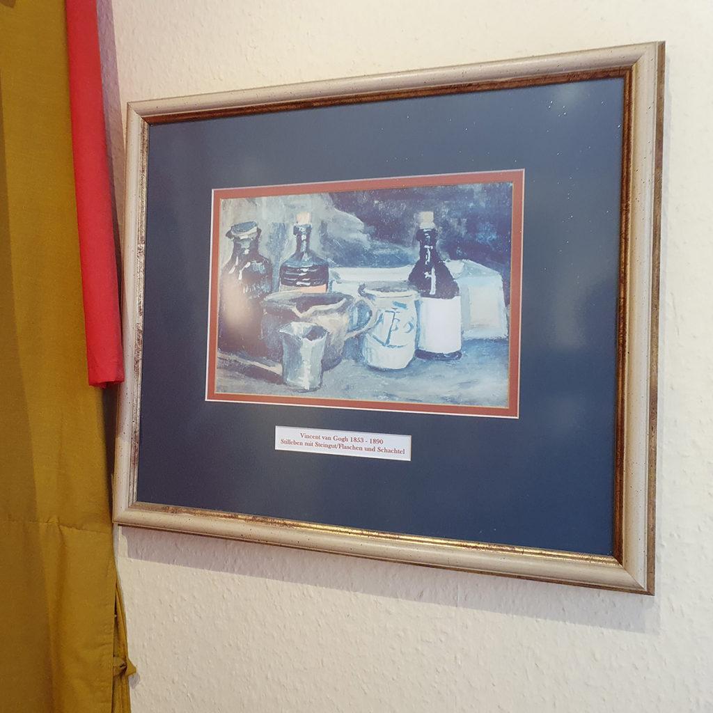 """""""Stillleben mit Steingut, Flaschen und Schachtel"""" von Vincent van Gogh"""